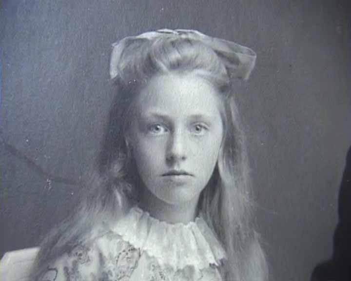 Foto van Jeltje Jensma - Miedema uit haar jeugd als meisje op de boerderij in Engwierum. MEMOIRES OP VIDEO… VOOR EEUWIG EEN PORTRET VAN UW LEVEN!